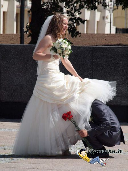 Marito Sbircia Sotto il Vestito della Moglie sotto la gonna della sposa